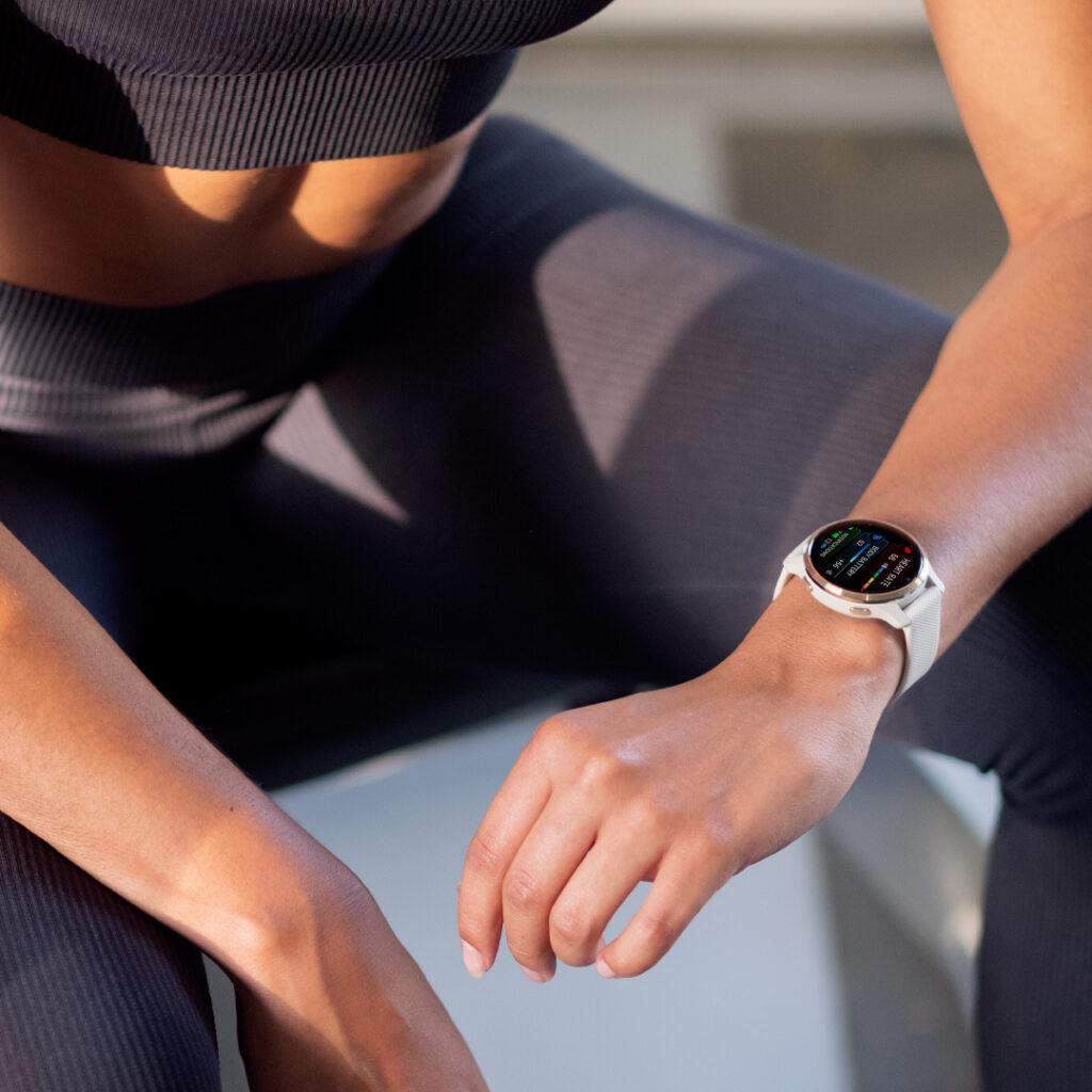 HIIT-training met Garmin smartwatch om pols van vrouw.